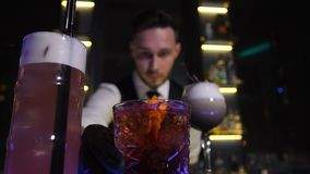 Μπάρμαν που προσφέρει έτοιμα τα πελάτες ποτά κοκτέιλ απόθεμα βίντεο