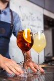 Μπάρμαν στην εργασία, που προετοιμάζει τα κοκτέιλ έννοια για την υπηρεσία και τα ποτά στην κουζίνα το εστιατόριο στοκ εικόνες με δικαίωμα ελεύθερης χρήσης