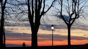 Μπέργκαμο, η παλαιά πόλη Ιταλία Λομβαρδία Σκιαγραφία ενός προσώπου που θαυμάζει το ηλιοβασίλεμα προς τη Po κοιλάδα από τους αρχαί Στοκ εικόνα με δικαίωμα ελεύθερης χρήσης