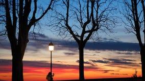 Μπέργκαμο, η παλαιά πόλη Ιταλία Λομβαρδία Σκιαγραφία ενός προσώπου που θαυμάζει το ηλιοβασίλεμα προς τη Po κοιλάδα από τους αρχαί Στοκ φωτογραφία με δικαίωμα ελεύθερης χρήσης