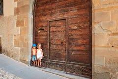 Μπέργκαμο, Ιταλία - 18 Αυγούστου 2017: Τα παράξενα παιδιά στέκονται στις πύλες του σπιτιού τους στοκ εικόνα