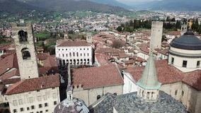 Μπέργκαμο Ιταλία Εναέρια άποψη κηφήνων της παλαιάς πόλης Τοπίο στο κέντρο πόλεων, τα ιστορικούς κτήρια, τις εκκλησίες και τους πύ φιλμ μικρού μήκους