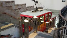 Μπέργκαμο Ιταλία Κόκκινο funicular στον ανώτερο σταθμό στην παλαιά πόλη του Μπέργκαμο απόθεμα βίντεο
