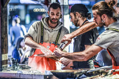 Μπέργκεν, Νορβηγία, στις 23 Ιουλίου 2017: Μπέργκεν Fishmarket, μάγειρες αρχιμαγείρων στο τ Στοκ φωτογραφία με δικαίωμα ελεύθερης χρήσης
