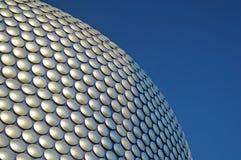 Μπέρμιγχαμ - φοβιτσιάρης οικοδόμηση selfridges και φωτεινός μπλε ουρανός Στοκ εικόνα με δικαίωμα ελεύθερης χρήσης