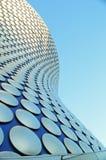 Μπέρμιγχαμ - φοβιτσιάρης οικοδόμηση selfridges και φωτεινός μπλε ουρανός Στοκ φωτογραφία με δικαίωμα ελεύθερης χρήσης