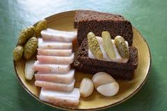 Μπέϊκον αγγουριών και μαύρο ψωμί Στοκ εικόνες με δικαίωμα ελεύθερης χρήσης