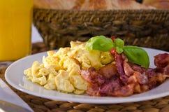 μπέϊκον αυγά που ανακατώνονται τριζάτα Στοκ φωτογραφία με δικαίωμα ελεύθερης χρήσης