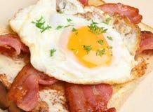 Μπέϊκον και τηγανισμένο αυγό στη φρυγανιά Στοκ Φωτογραφία