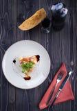 Μπέϊκον με το τυρί και σάλτσα στο άσπρο πιάτο Στοκ Εικόνες