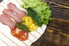 Μπέϊκον, ντομάτες, σάντουιτς ψωμιού pita στοκ φωτογραφία