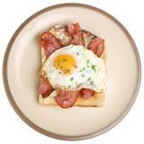 Μπέϊκον & τηγανισμένο αυγό στο πιάτο προγευμάτων φρυγανιάς Στοκ φωτογραφία με δικαίωμα ελεύθερης χρήσης