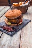 Μπέϊκον τυριών burger και πατατών περικοπές Στοκ φωτογραφία με δικαίωμα ελεύθερης χρήσης
