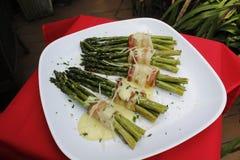 Μπέϊκον-τυλιγμένο σπαράγγι με τη σάλτσα Hollandaise Στοκ φωτογραφία με δικαίωμα ελεύθερης χρήσης
