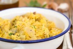 Μπακαλιάροι με το αυγό και χορτάρια στο πιάτο Στοκ Εικόνες