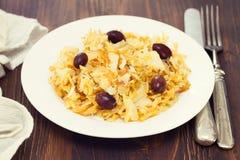 Μπακαλιάροι με τα τσιπ πατατών στο άσπρο πιάτο Στοκ Εικόνα