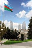ΜΠΑΚΟΎ, ΑΖΕΡΜΠΑΪΤΖΑΝ - 17 ΟΚΤΩΒΡΊΟΥ 2014: Άποψη του ουρανοξύστη πύργων φλογών με τη σημαία του Αζερμπαϊτζάν στο Μπακού στις 17 Οκ Στοκ εικόνες με δικαίωμα ελεύθερης χρήσης