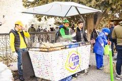 ΜΠΑΚΟΎ, AZERBAYJAN- 19 ΜΑΐΟΥ 2017: ένα πλήθος των ανθρώπων που περπατούν στις οδούς της πόλης με τους πωλητές του γρήγορου φαγητο Στοκ Εικόνα