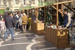 ΜΠΑΚΟΎ, AZERBAYJAN- 19 ΜΑΐΟΥ 2017: ένα πλήθος των ανθρώπων που περπατούν στις οδούς της πόλης με τους πωλητές του γρήγορου φαγητο Στοκ Φωτογραφίες