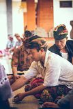 ΜΠΑΛΙ, ΙΝΔΟΝΗΣΙΑ - 13 ΑΠΡΙΛΊΟΥ 2018: Ομάδα από το Μπαλί ατόμων που παίζουν τις κάρτες που κάθονται στο πάτωμα Νησί του Μπαλί στοκ εικόνες
