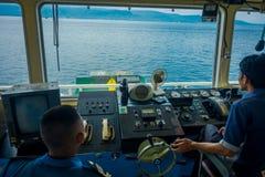 ΜΠΑΛΙ, ΙΝΔΟΝΗΣΙΑ - 5 ΑΠΡΙΛΊΟΥ 2017: Πειραματική καμπίνα εντολής πορθμείων με την άποψη σχετικά με τη θάλασσα με πολλούς βοηθούς ε Στοκ Εικόνα