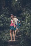 ΜΠΑΛΙ, ΙΝΔΟΝΗΣΙΑ - 10 ΙΑΝΟΥΑΡΊΟΥ 2018: Τουρίστες στα σκαλοπάτια, δρόμος από την παραλία Τροπικό νησί του Μπαλί, Ινδονησία Στοκ Εικόνες