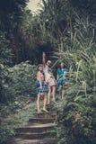 ΜΠΑΛΙ, ΙΝΔΟΝΗΣΙΑ - 10 ΙΑΝΟΥΑΡΊΟΥ 2018: Τουρίστες στα σκαλοπάτια, δρόμος από την παραλία Τροπικό νησί του Μπαλί, Ινδονησία Στοκ εικόνες με δικαίωμα ελεύθερης χρήσης