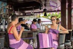 ΜΠΑΛΙ, ΙΝΔΟΝΗΣΙΑ - 5 ΜΑΐΟΥ 2017: Δύο γυναίκες που πίνουν coffe και που χαλαρώνουν στο φραγμό και το εστιατόριο πισινών πρεσών Στοκ εικόνα με δικαίωμα ελεύθερης χρήσης