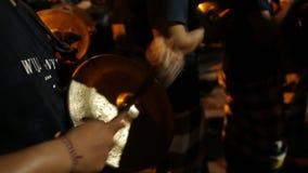 ΜΠΑΛΙ, ΙΝΔΟΝΗΣΙΑ - 25 ΜΑΡΤΊΟΥ 2018: Οι μη αναγνωρισμένοι ινδονησιακοί άνθρωποι γιορτάζουν το από το Μπαλί νέο έτος Γυναίκες και ά απόθεμα βίντεο