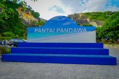 ΜΠΑΛΙ, ΙΝΔΟΝΗΣΙΑ - 11 ΜΑΡΤΊΟΥ 2017: Πληροφοριακό σημάδι της παραλίας Pandawa στο νότο του Μπαλί, Ινδονησία Η παραλία Pandawa είνα Στοκ Εικόνες