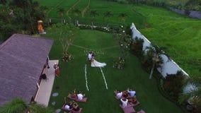 ΜΠΑΛΙ, ΙΝΔΟΝΗΣΙΑ - 8 ΝΟΕΜΒΡΊΟΥ 2017: Ευρωπαϊκή γαμήλια τελετή στον κήπο στο τροπικό νησί στο βράδυ απόθεμα βίντεο