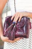 ΜΠΑΛΙ, ΙΝΔΟΝΗΣΙΑ - 15 ΝΟΕΜΒΡΊΟΥ 2017: Κινηματογράφηση σε πρώτο πλάνο της τσάντας πολυτέλειας snakeskin python στα χέρια γυναικών  Στοκ εικόνα με δικαίωμα ελεύθερης χρήσης