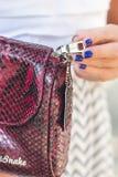 ΜΠΑΛΙ, ΙΝΔΟΝΗΣΙΑ - 15 ΝΟΕΜΒΡΊΟΥ 2017: Κινηματογράφηση σε πρώτο πλάνο της τσάντας πολυτέλειας snakeskin python στα χέρια γυναικών  Στοκ φωτογραφία με δικαίωμα ελεύθερης χρήσης