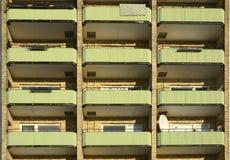 Μπαλκόνια στο κατοικημένο κτήριο διαμερισμάτων Στοκ φωτογραφίες με δικαίωμα ελεύθερης χρήσης