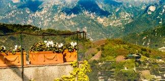 Μπαλκόνι με τα λουλούδια Θέα βουνού, Ιταλία τοποθετήστε το κείμενο Στοκ Εικόνες