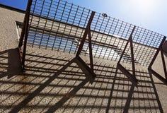 Μπαλκόνι πλέγματος που ρίχνει τις σκιές στοκ φωτογραφίες