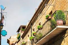 Μπαλκόνι του παλαιού σπιτιού σε Aidone Σικελία στοκ φωτογραφία με δικαίωμα ελεύθερης χρήσης