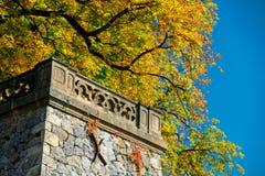 Μπαλκόνι του Castle με το κίτρινο δέντρο πτώσης φθινοπώρου Στοκ εικόνα με δικαίωμα ελεύθερης χρήσης