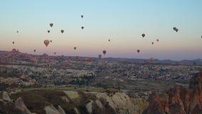 Μπαλόνια αέρα της Τουρκίας Cappadocia στην ανατολή απόθεμα βίντεο