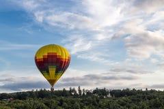 Μπαλόνια ζεστού αέρα πέρα από τον ουρανό στοκ εικόνες