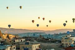 Μπαλόνια ζεστού αέρα Cappadocia στην ανατολή στοκ εικόνες
