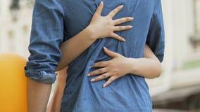 Μπαλόνια και αναμονή εκμετάλλευσης ανδρών για τη φίλη, γυναίκα που αγκαλιάζει την αγαπημένη φιλμ μικρού μήκους