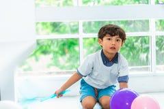 Μπαλόνια παιχνιδιού μικρών παιδιών στο κόμμα στοκ φωτογραφίες με δικαίωμα ελεύθερης χρήσης