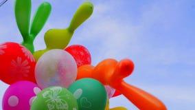 Μπαλόνια σε ένα υπόβαθρο του μπλε ουρανού Πολλά μπαλόνια στον ουρανό Χρονικό σφάλμα φιλμ μικρού μήκους