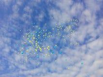 Μπαλόνια στα κίτρινα μπαλόνια μπαλονιών μπλε ουρανού μπλε στοκ εικόνες