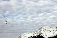 Μπαλόνι ζεστού αέρα με τα χιονοσκεπή βουνά Στοκ φωτογραφία με δικαίωμα ελεύθερης χρήσης