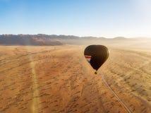 Μπαλόνι ζεστού αέρα πέρα από την της Ναμίμπια έρημο που λαμβάνεται τον Ιανουάριο του 2018 στοκ εικόνες