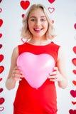 Μπαλόνι καρδιών εκμετάλλευσης κοριτσιών Στοκ Φωτογραφίες