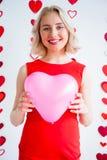 Μπαλόνι καρδιών εκμετάλλευσης κοριτσιών Στοκ εικόνες με δικαίωμα ελεύθερης χρήσης