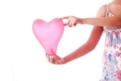 Μπαλόνι μορφής καρδιών εκμετάλλευσης κοριτσιών Στοκ φωτογραφία με δικαίωμα ελεύθερης χρήσης